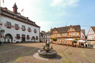Leerer Marktplatz mit bunten Fachwerkhäusern in Linz am Rhein