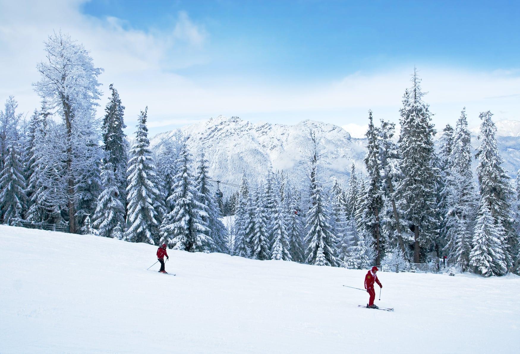 Zwei Skifahrer in deutschem Skigebiet