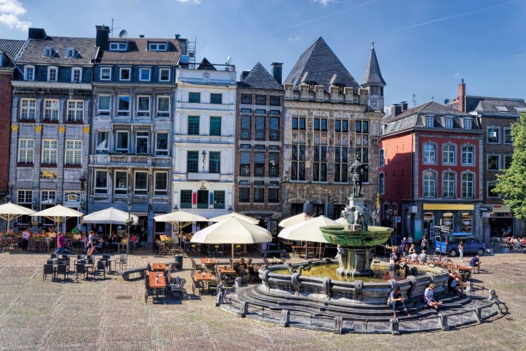Marktplatz mit Cafés und Restaurants in Aachen