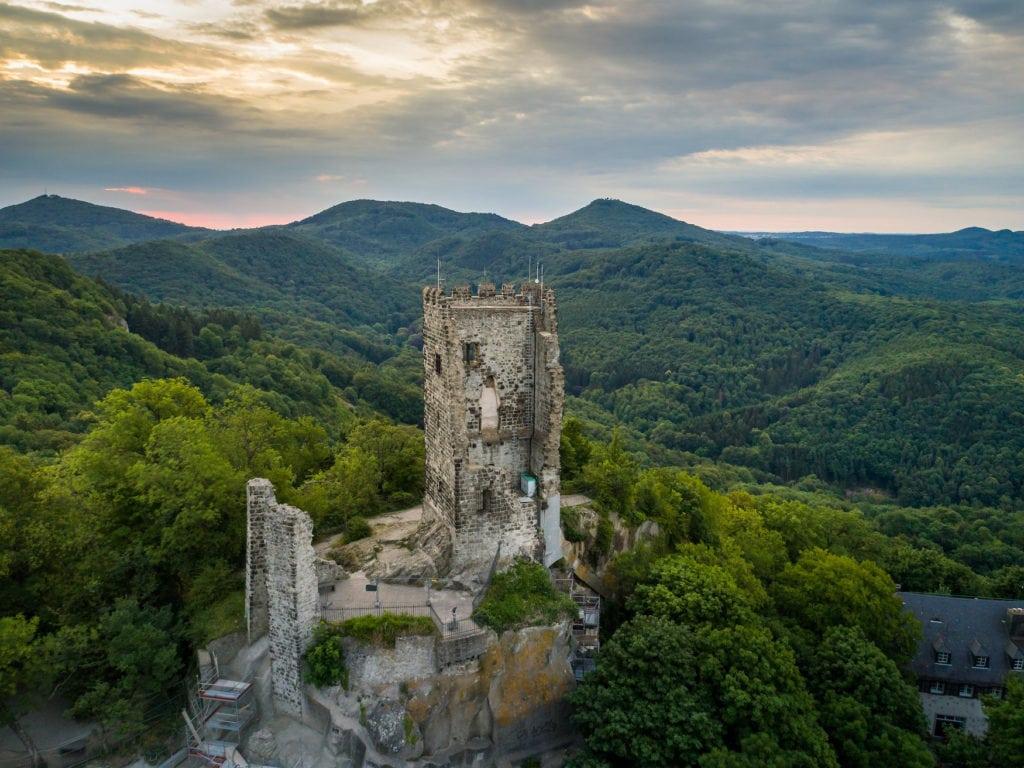 Burgruine Drachenfels im Naturpark Siebengebirge auf einem der schönsten Radwege in NRW