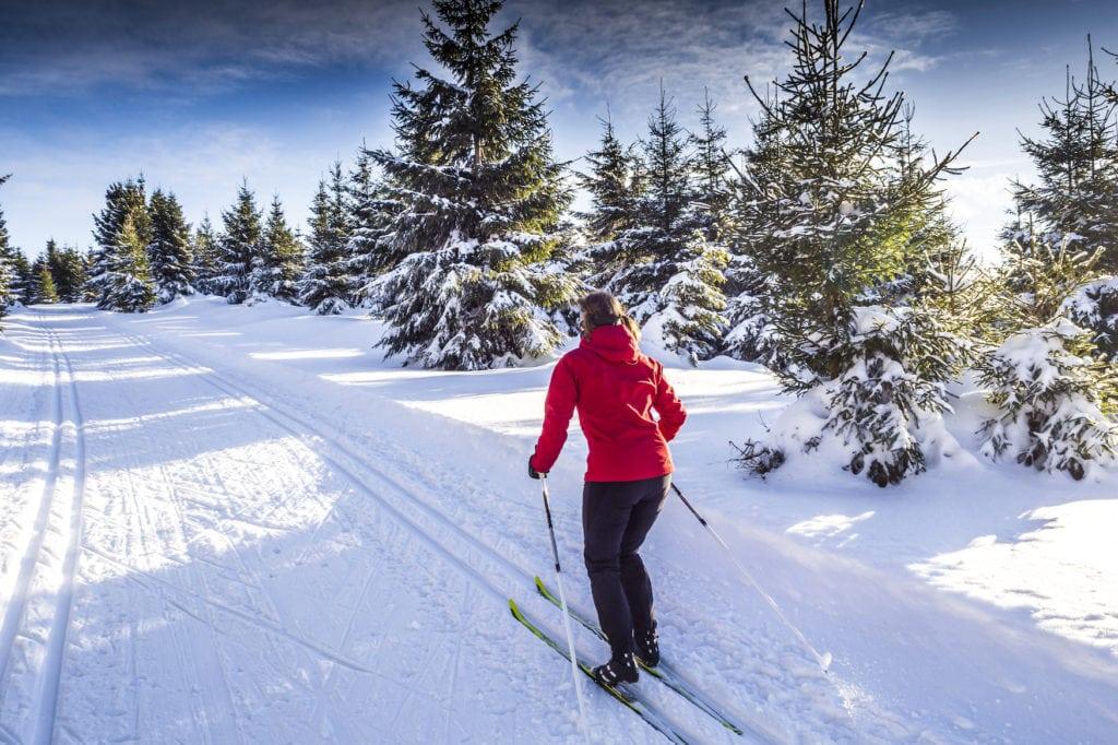 Frau beim Langlaufen im Schnee