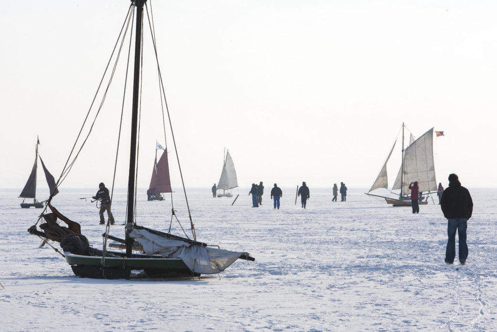 Menschentraube beim Eissegeln auf der Halbinsel Fischland-Darß-Zingst