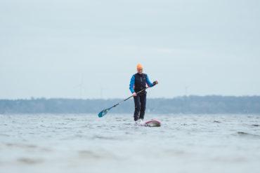 """Für Tanja bedeutet Stand Up Paddeln eine """"Auszeit für die Seele"""". Gerade im Winter, wenn nur ein paar Enten und die plätschernden Wellen sie begleiten."""