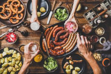Blick auf den gedeckten Tisch mit deutschen Speisen