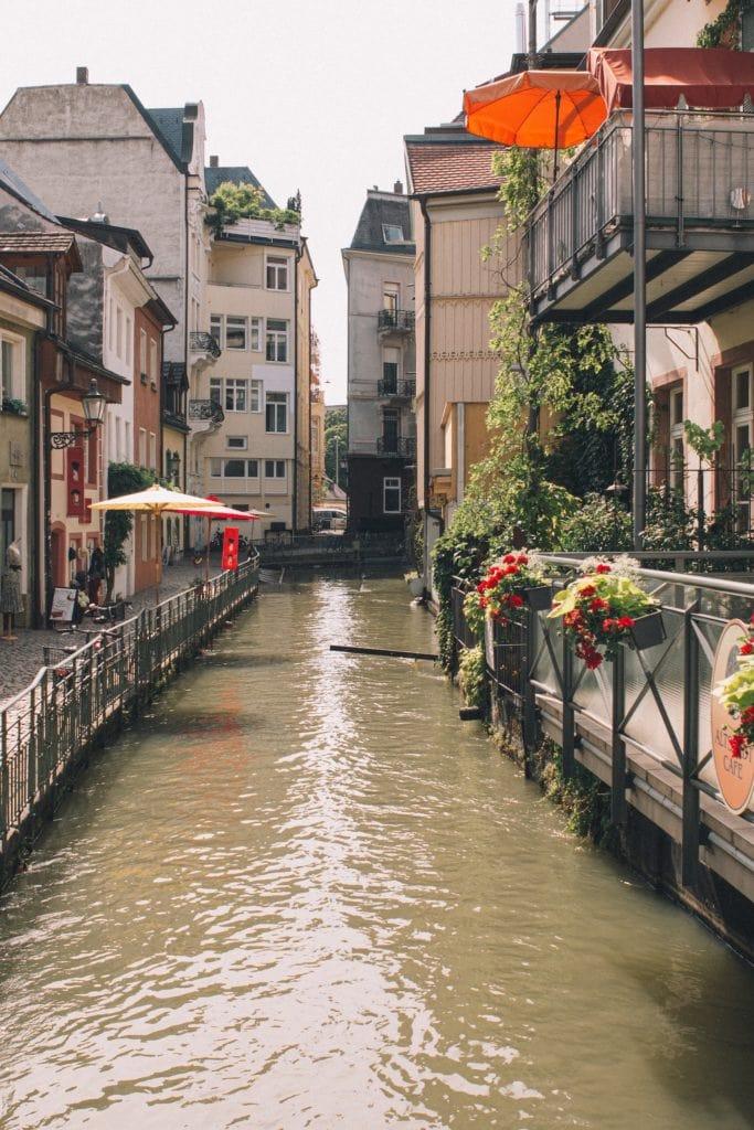 Die Bächle fließen durch die Freiburger Altstadt