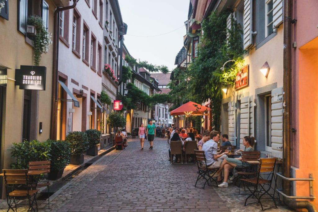 Gasse in Freiburger Altstadt mit Cafés und Restaurants