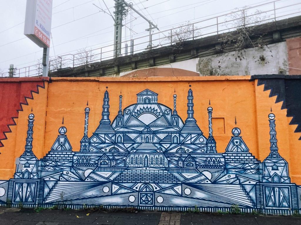 Street-Art-Gemälde: Tempel an Wand in Köln Ehrenfeld