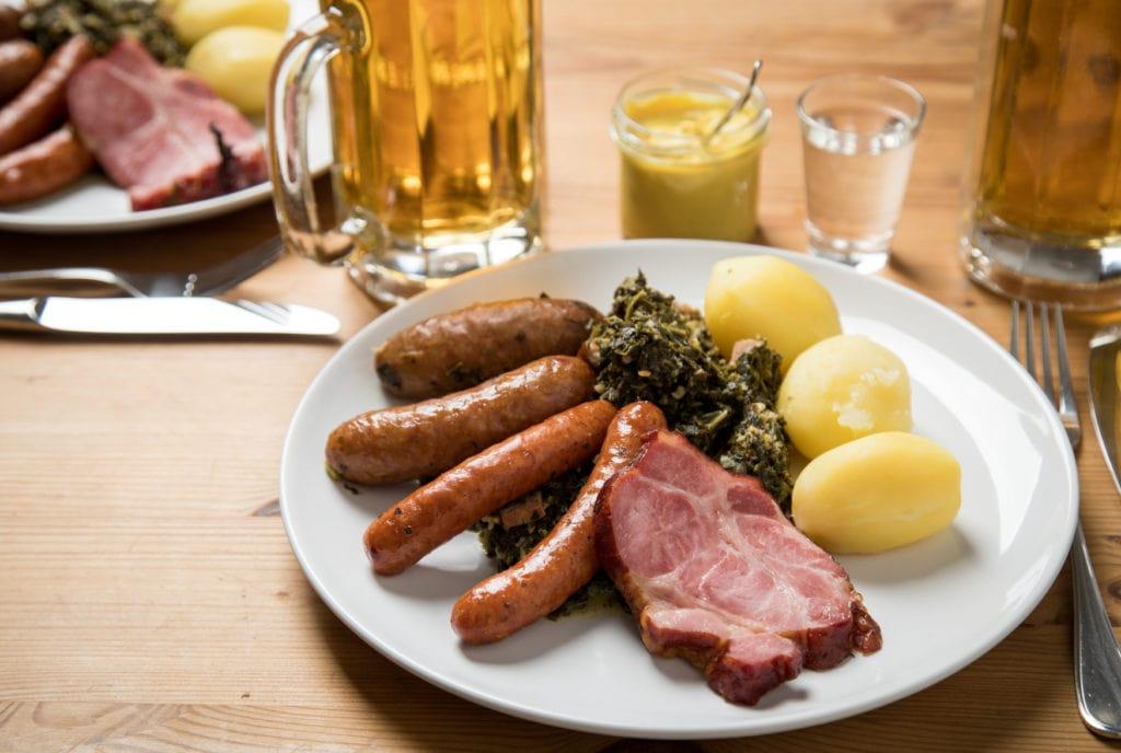 Kohl und Pickel serviert mit Kartoffeln und Kassler in einem Restaurant