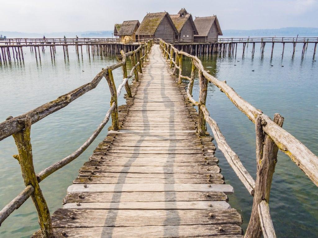 Langer Steg führt zu Bauten im Wasser