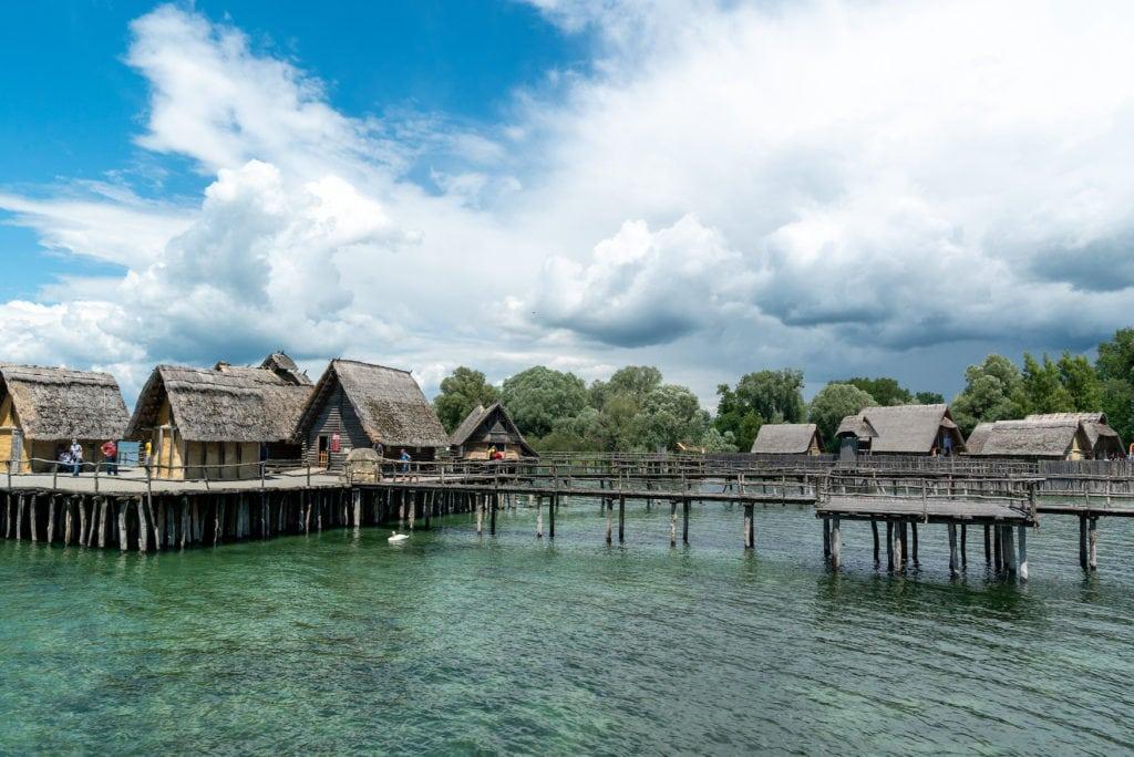 Pfahlbauten im türkisfarbenen Wasser des Bodensees
