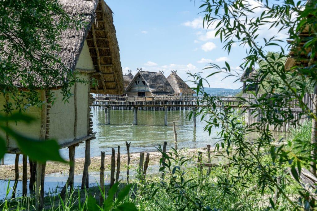 Pfahlbauten in Unteruhldingen liegen malerisch im Bodensee