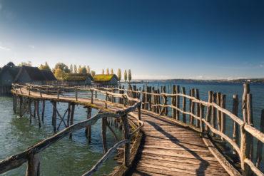 Steg führt zu den Pfahlbauten am Bodensee
