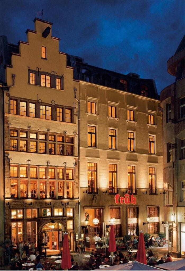 Hofbräu Früh - Brauerei in Köln bei Nacht. Kölsch ist eine der beliebtesten Biersorten aus NRW