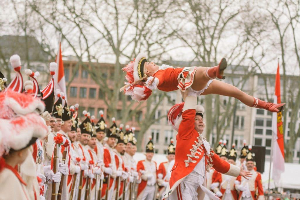 Funkenmariechen tanzen während Kölner Karneval bei den Umzügen