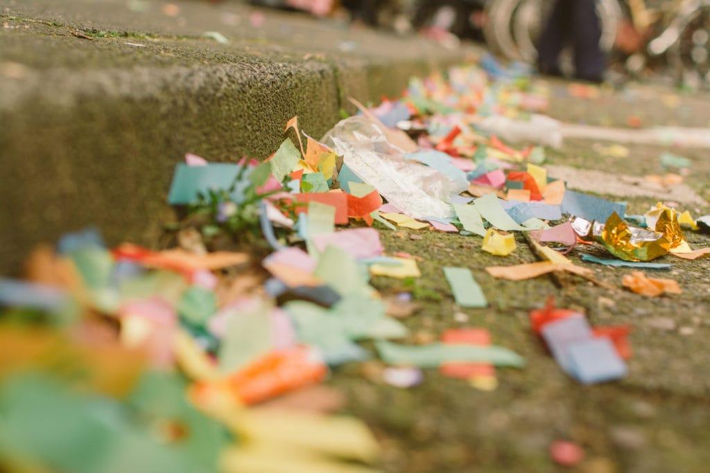 Konfetti liegt auf Straße