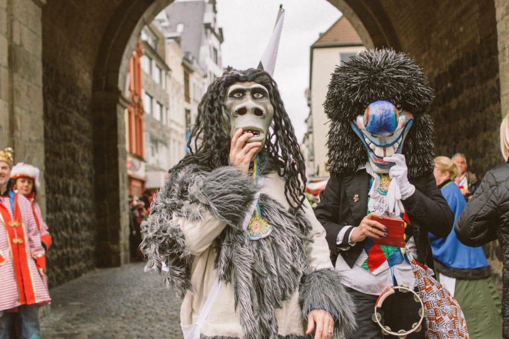 Als Monster verkleidete Menschen beim Kölner Karneval