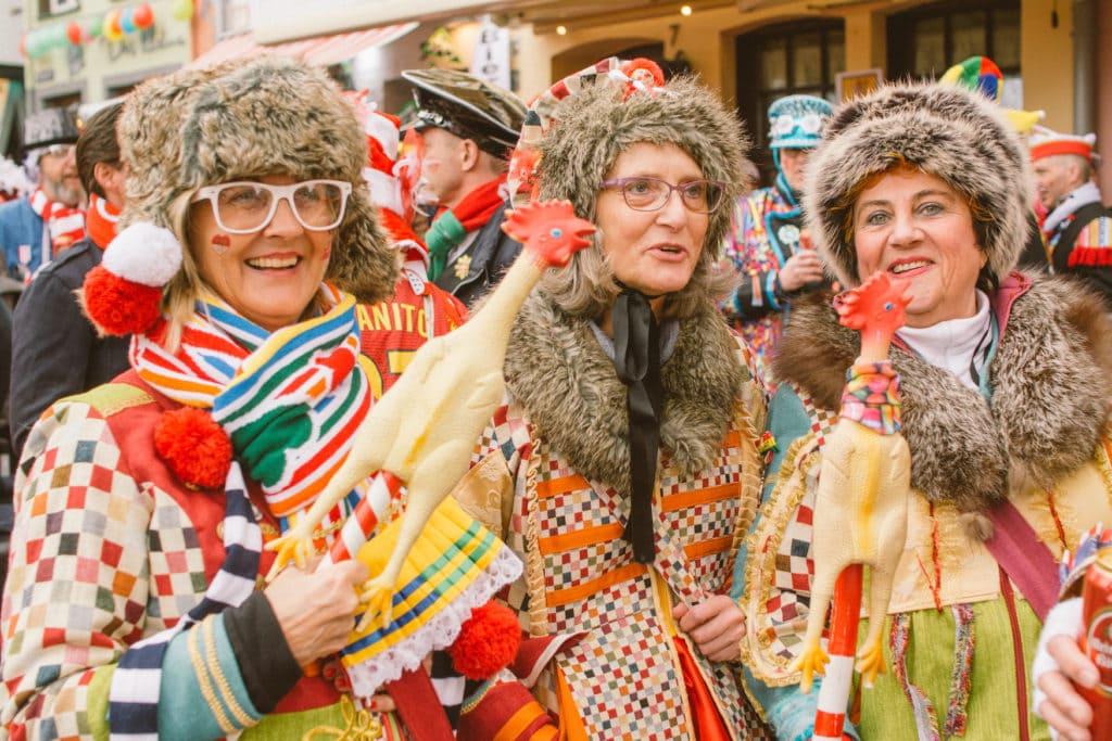 Drei verkleidete Frauen lachen in die Kamera