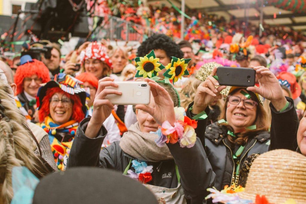Verkleidete Zuschauer des Rosenmontagszugs in Köln
