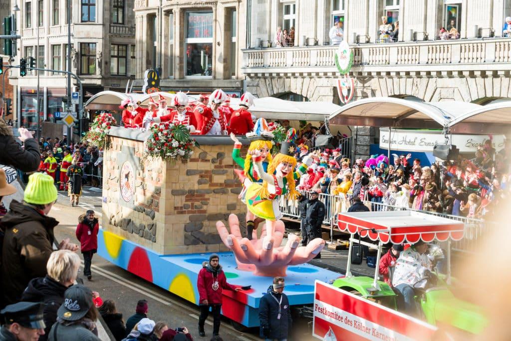 Festwagen beim Rosenmontagszug in Köln