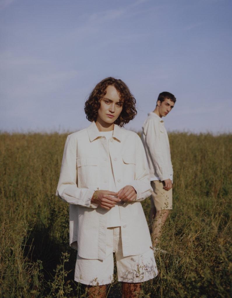 Frau und Mann präsentieren neue Sommerkollektion des Fair Fashion Labels Armedangels