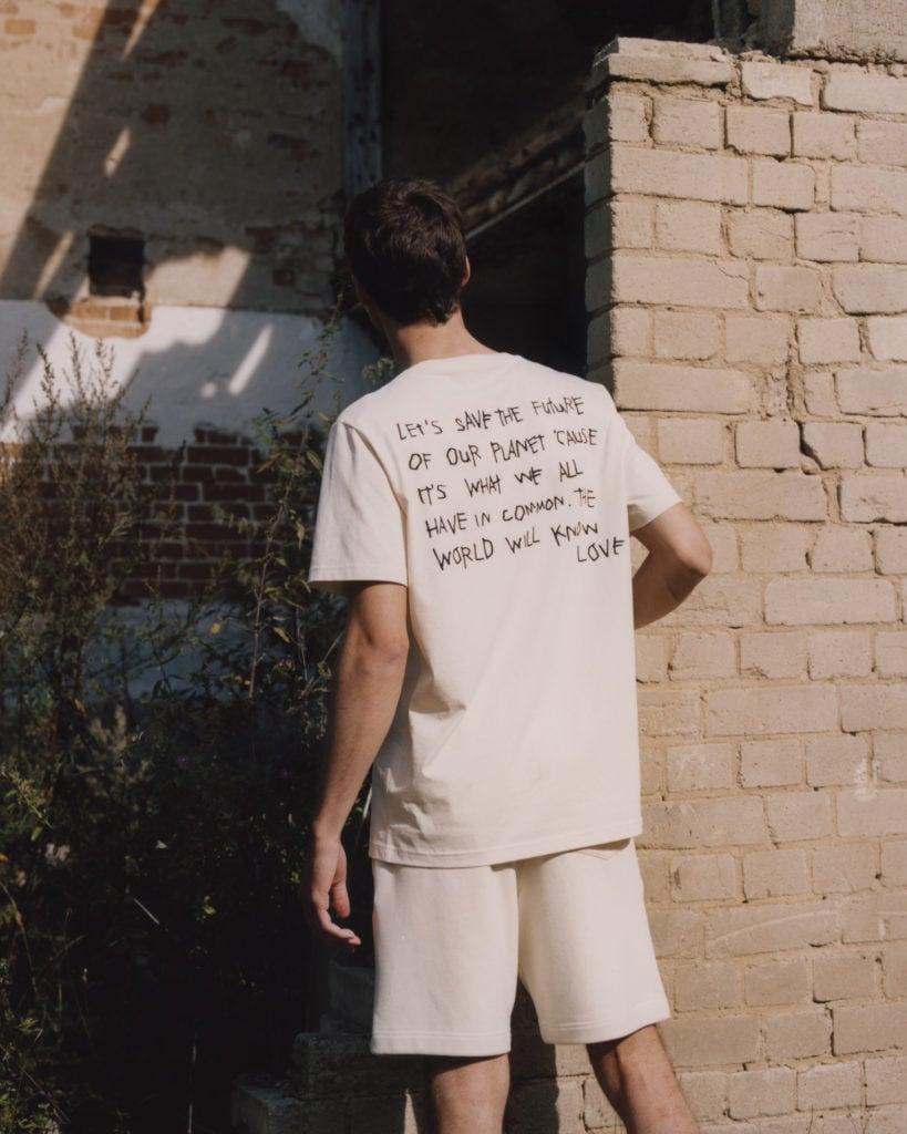 Männliches Model trägt Fair Fashion T-Shirt von einem Modelabel aus Deutschland