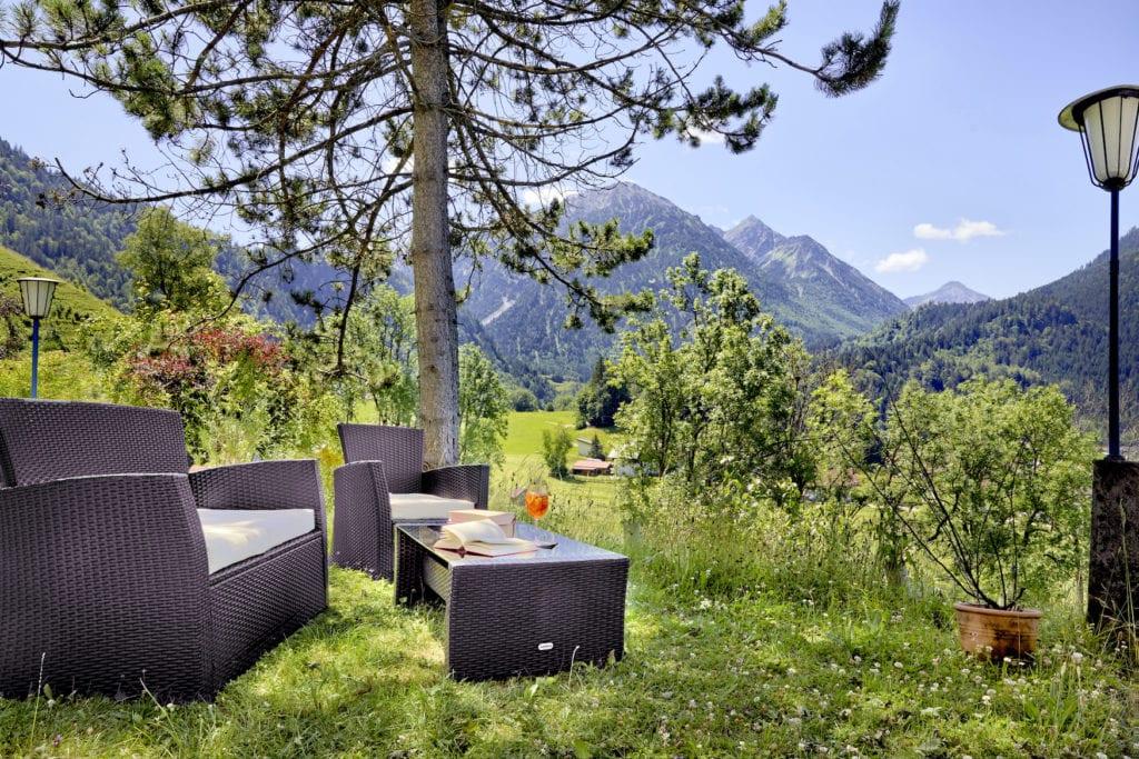 Biergarten im Hotel Prinz-Luitpold-Bad mit Blick auf die umliegenden Alpen um Allgäu
