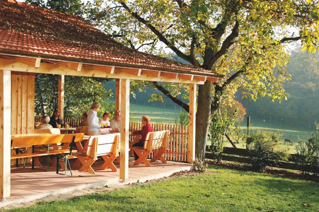 Leute sitzen auf der Terrasse im Giglerhof in Bad Birnbach in Niederbayern