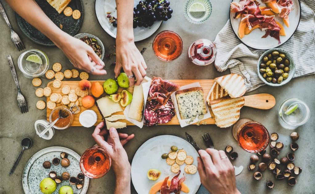 Brotzeit: Käse- und Wurstplatte
