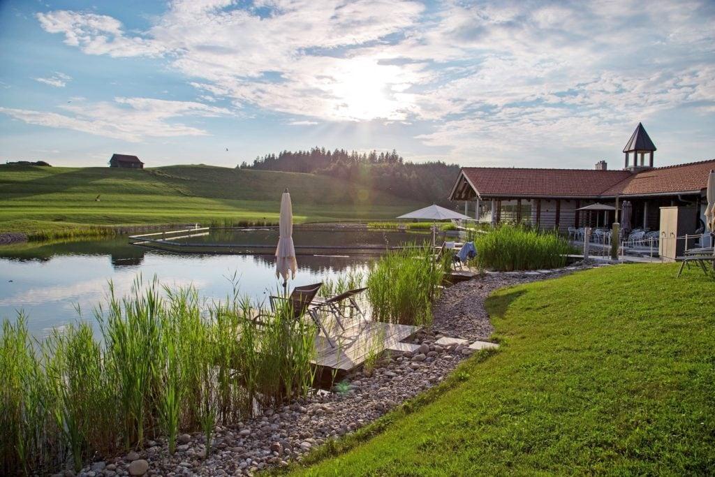 Haus am See im Allgäu mit Naturbadeteich