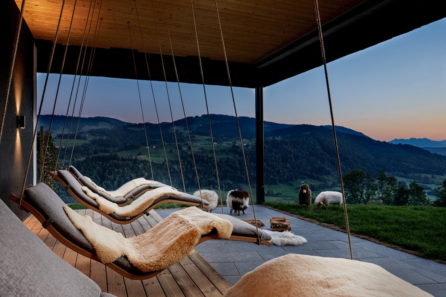 Outdoor-Linvingroom mit gemütlichen Liegen im Hotel Bergkristall bei Sonnenuntergang