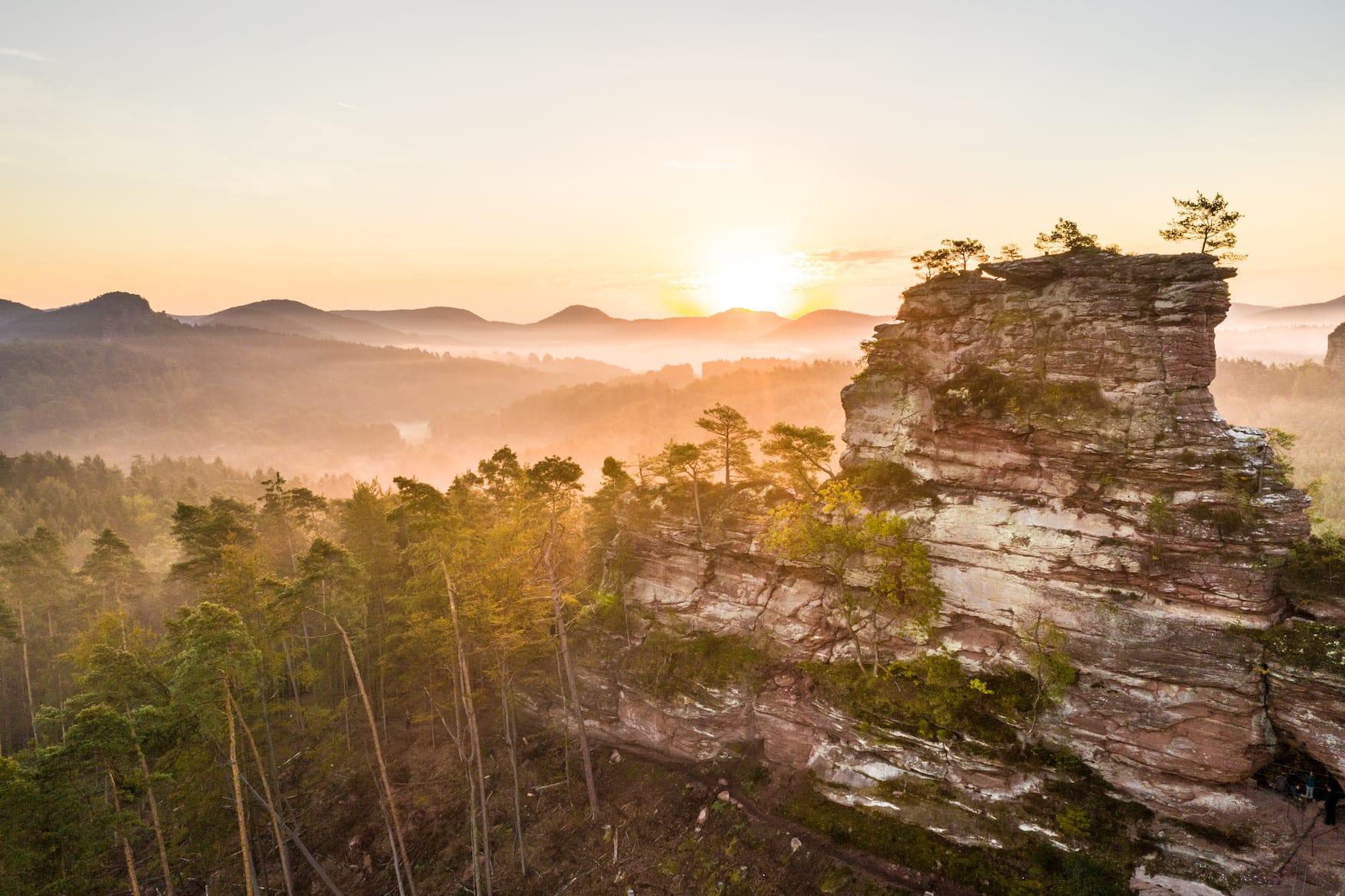 Der Lämmerfelsen in Rheinland-Pfalz bei Sonnenuntergang