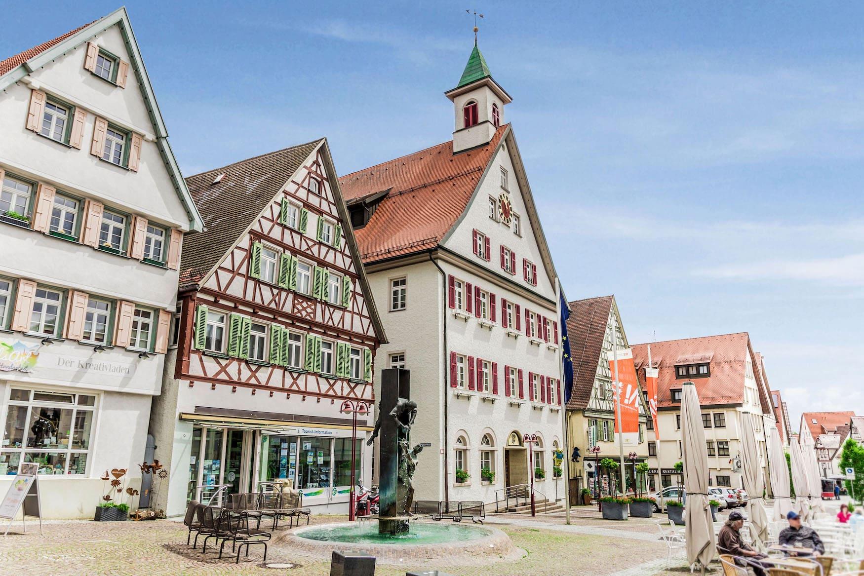 Platz mit Brunnen in der Stadt Giengen an der Brenz