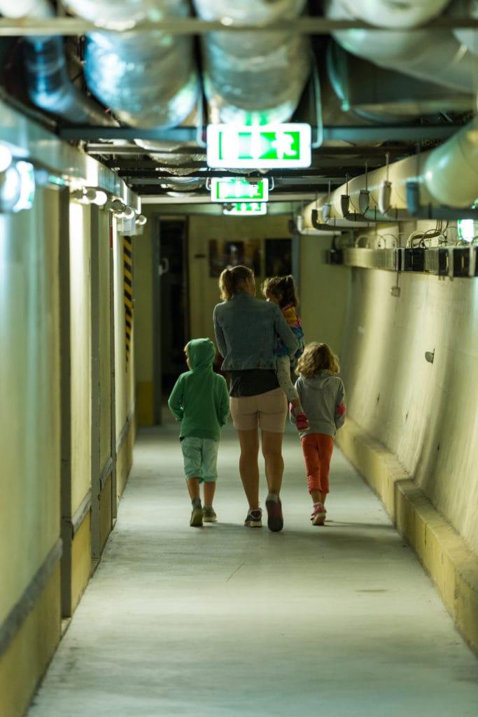Familie auf einer Führung durch den Regierungsbunker in Bad Neuenahr, einer spannenden Sehenswürdigkeit in Rheinland-Pfalz