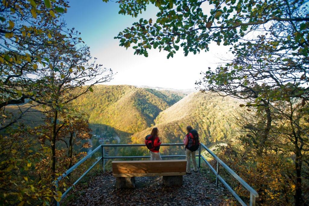 Wanderer genießen die Aussicht von der Weißenfelser Ley