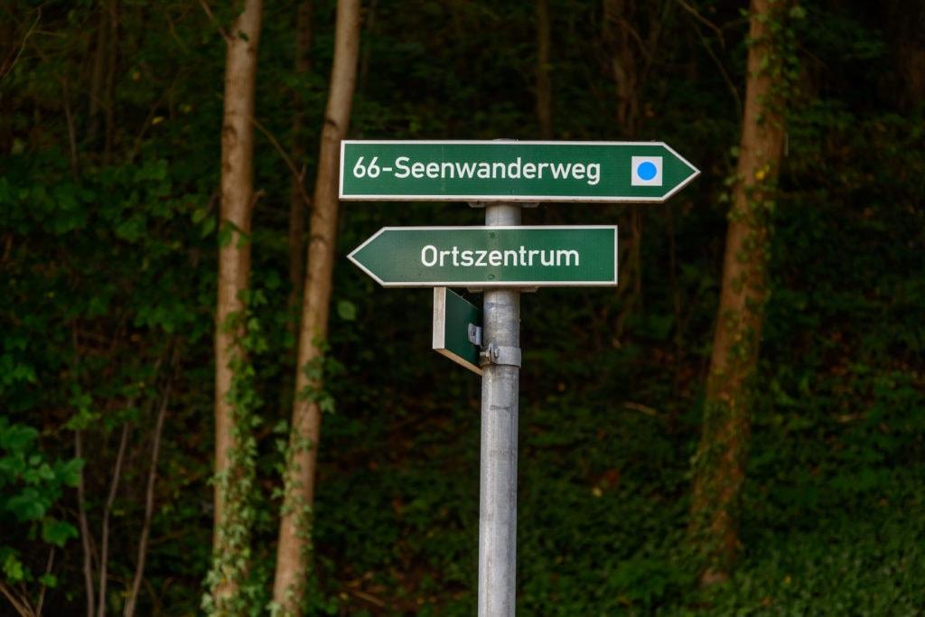 Wegweiser am 66 Seenwanderweg, einem Fernwanderweg in Deutschland, in Brandenburg