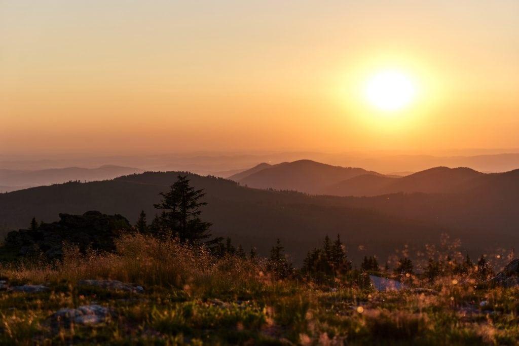 Landschaften vom Großen Arber aus gesehen bei Sonnenuntergang