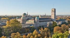 Deutsches Museum in München von außen an einem Herbsttag