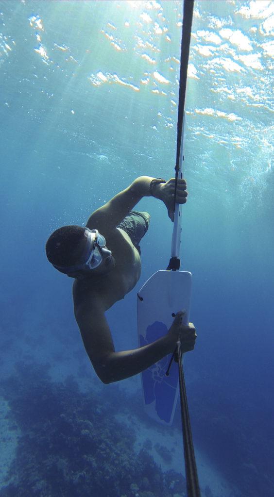 Mann unter Wasser beim Subwing