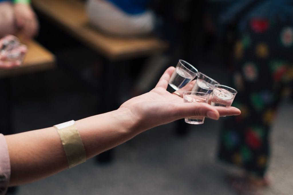 Frau trägt Shots Berliner Luft durch einen Club in Berlin
