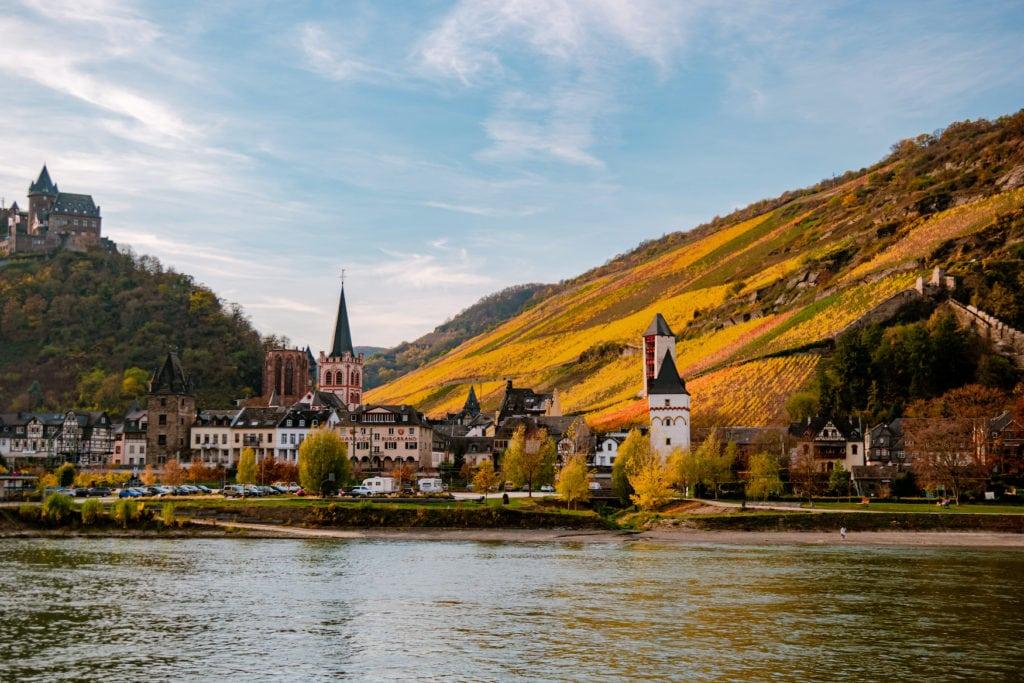 Flusskreuzfahrt auf dem Rhein im Mittelrheintal, im Hintergrund Burgen und Weinberge