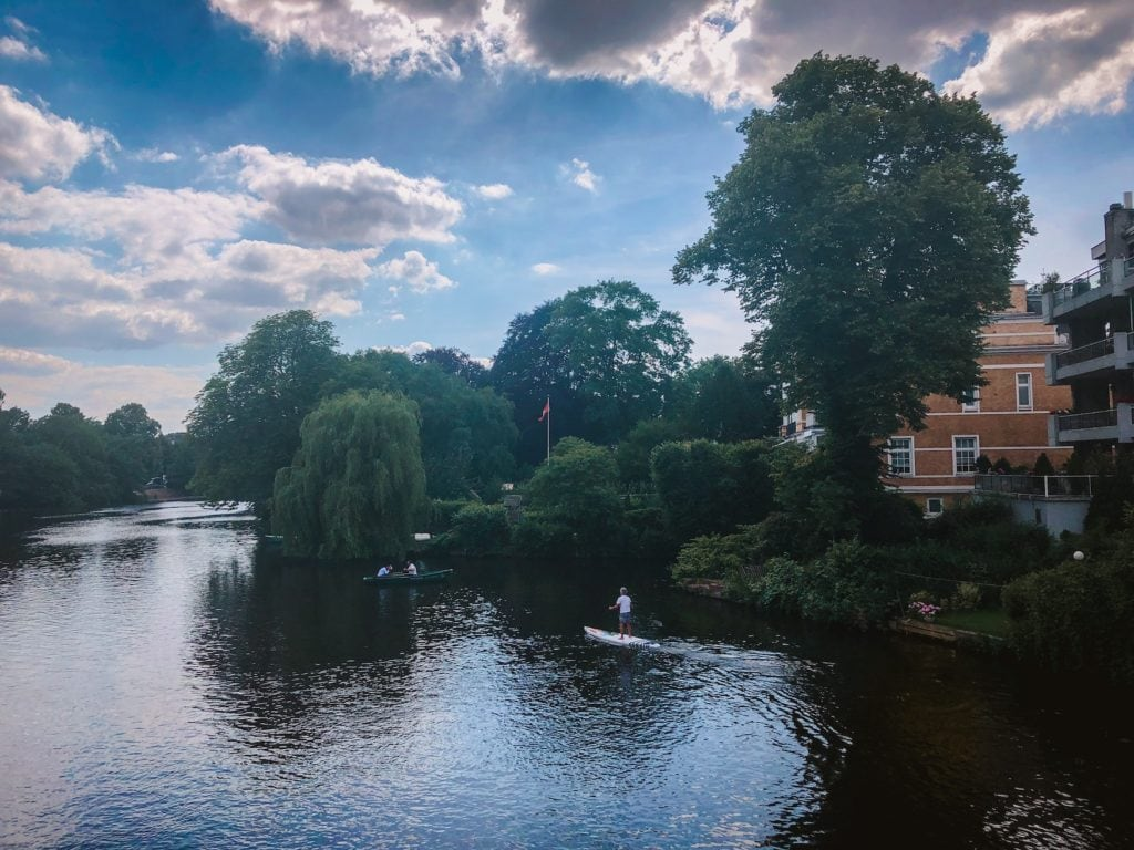 Männer paddeln auf Fluss in Hamburg