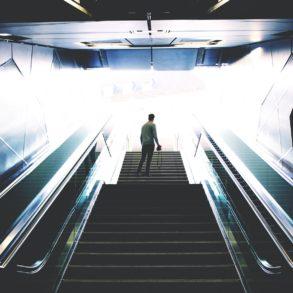 Junger Fotograf unterwegs an einer Haltestelle in Köln