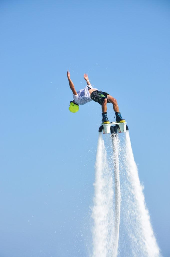 Flyboarden ist eine neue Extremsportart, die den ultimativen Adrenalinkick garantiert