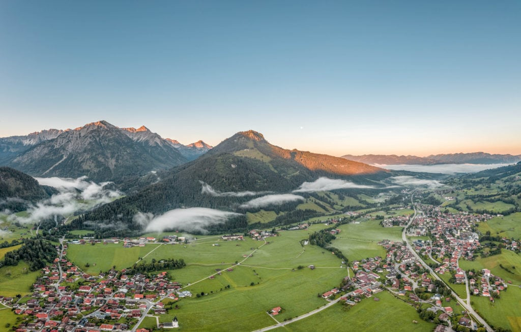 Panoramablick über Alpendorf auf einem der längsten Fernwanderwege in Deutschland
