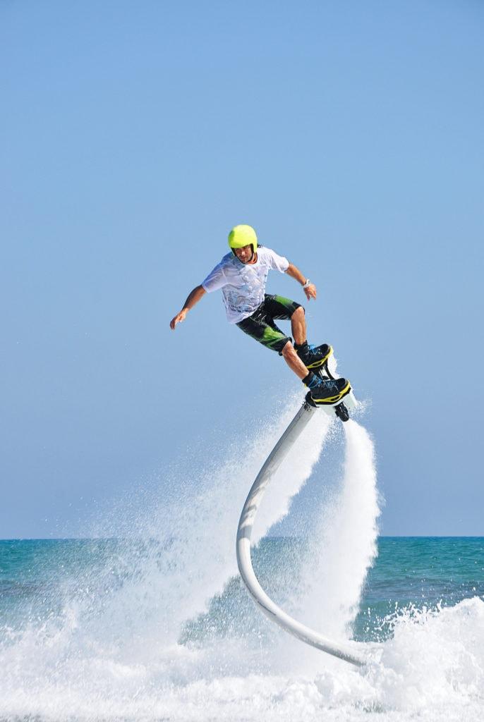 Mann macht Stunts beim Flyboarden im Leipziger Neuseenland