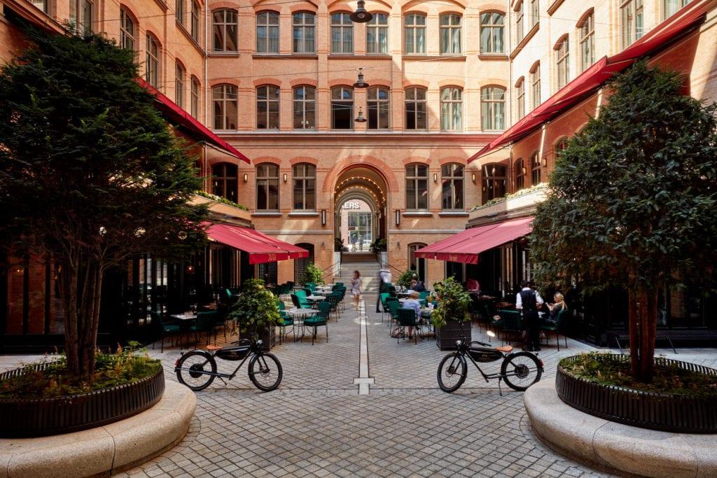 Innenhof eines Designhotels in Hamburg