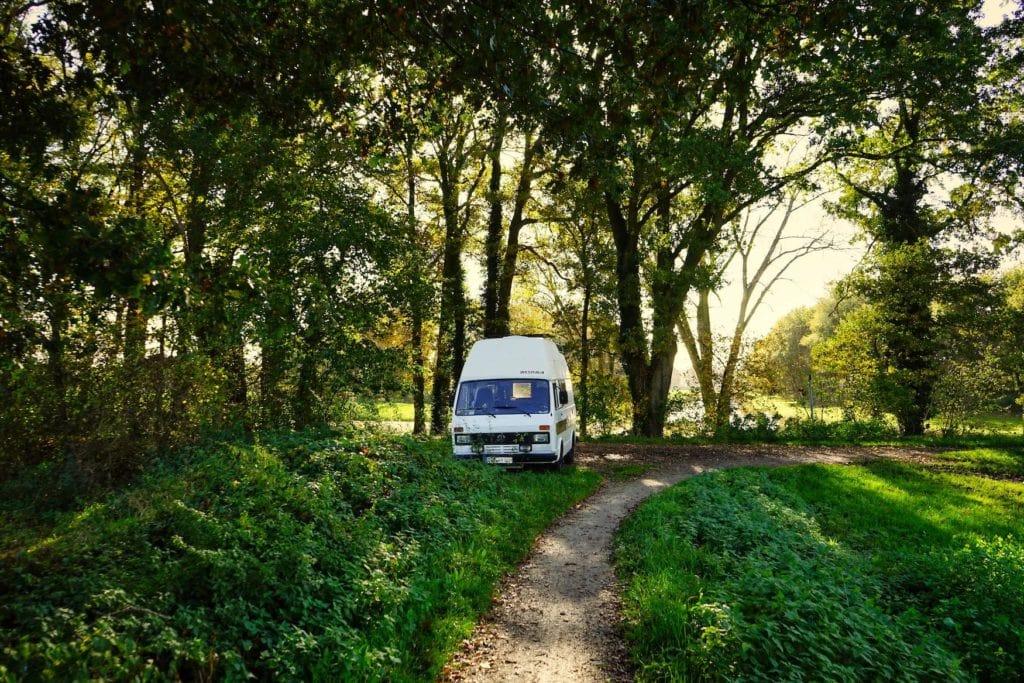 Camper steht in deutschem Wald