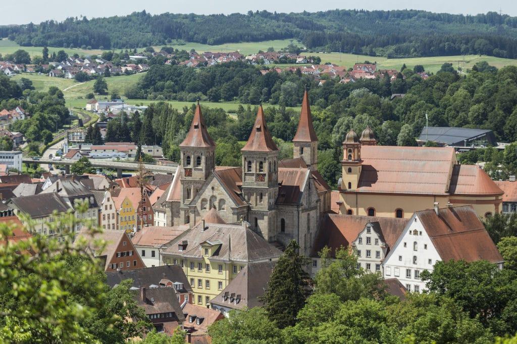 Aussicht auf Kirchentüre in der Stadt Ellwangen
