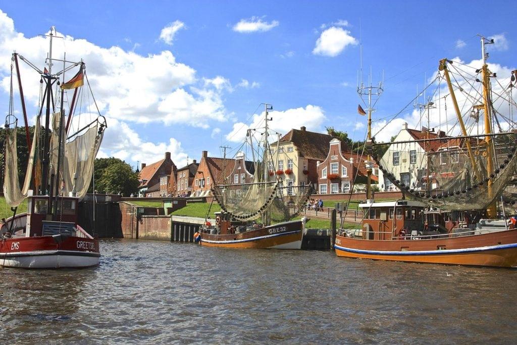 Schiffe im Hafen von Greetsiel in Norddeutschland