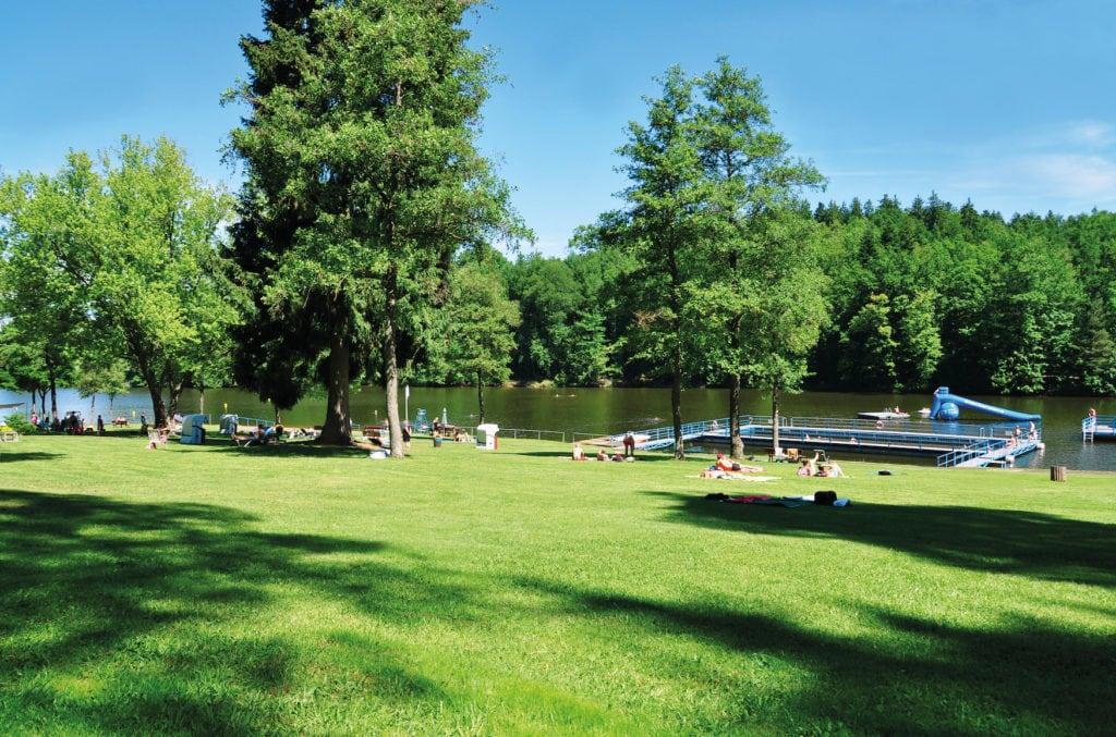 Menschen genießen Sonne auf Liegewiese am Kreßbachsee